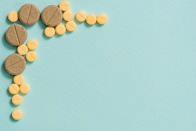 黄色の錠剤とカプセル