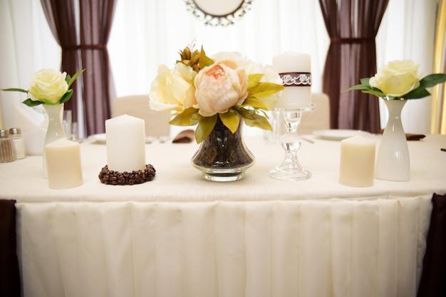 結婚式の装飾、花とコーヒー豆