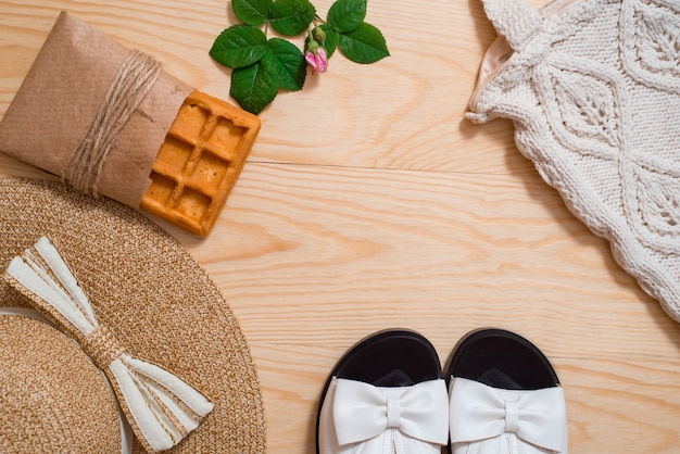 カラフルな夏の女性のファッションの服フラットレイアウト。麦わら帽子、竹袋、サングラス、平面図、コピースペース、広い構成。夏のファッション、休日