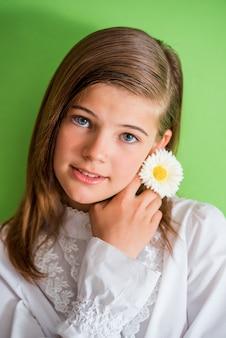 花との幸せな女の子。
