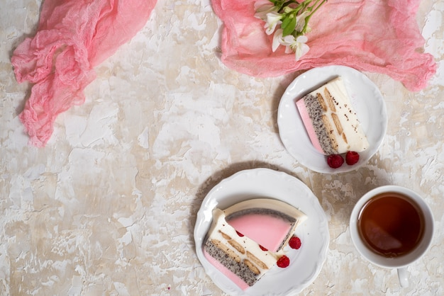 Кусочек слоеного шоколада, соленого арахиса, карамели и пирога со взбитыми сливками
