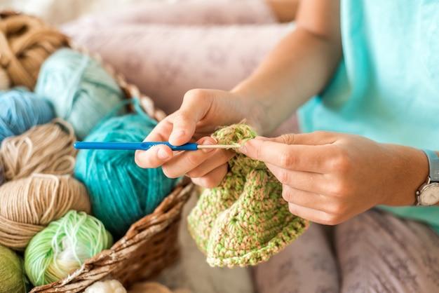 自宅で編み物をする少女。