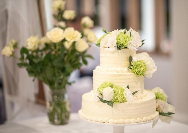 結婚式のテーブルの上のウェディングケーキ。
