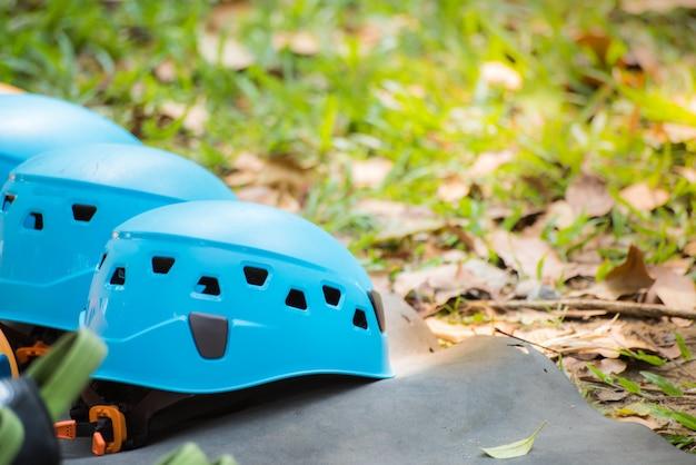 カービンとヘルメット付きの安全ベルト。野外活動やスポーツのための障害物コース機器。