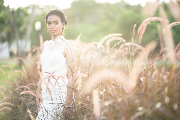 ウェディングドレスでアジアの花嫁の自然光と肖像画