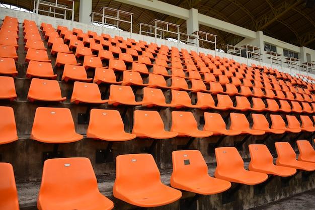 ステップでスタジアムの空のオレンジ色の椅子。