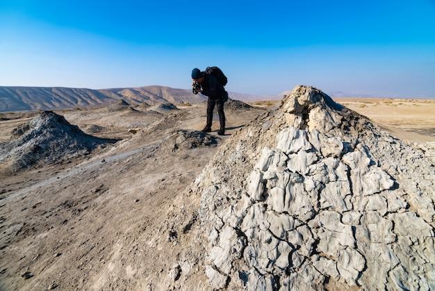 ゴブスタン国立公園のバックグラウンドで観光客と泥火山