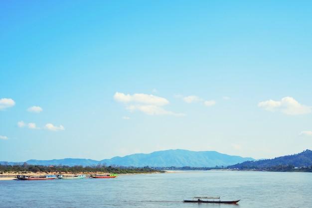 美しい空とタイとラオスの国境にあるコン川の輸送船。
