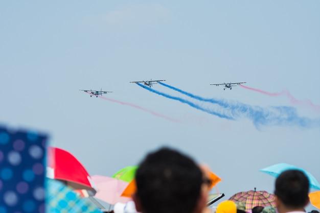 タイのバンコクでの子供の日の航空ショーでのタイ空軍の飛行ディスプレイと曲技飛行ショー