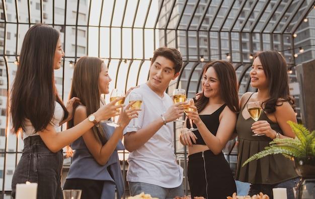 若いアジア女性の幸せなパーティーは、ビールを飲みます。