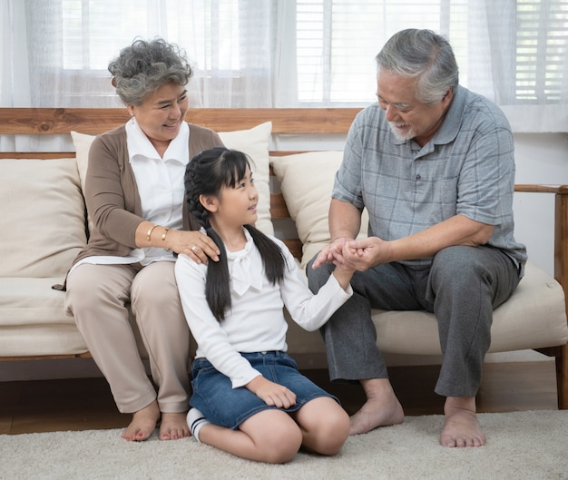Бабушка дедушка наслаждается с внучкой