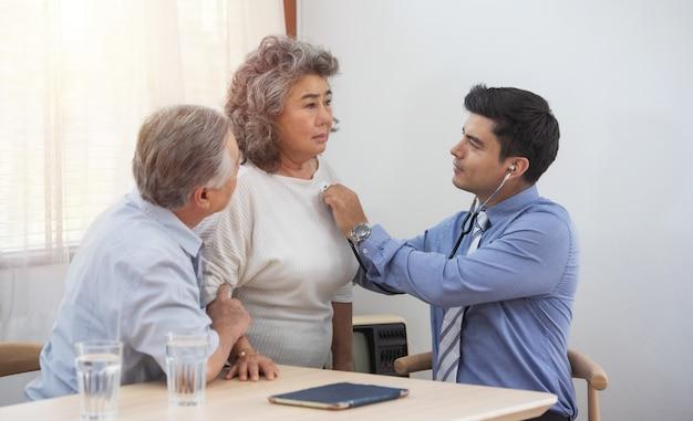 Посетитель здоровья и старшая женщина во время домашнего посещения.