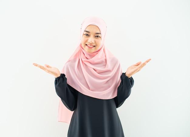 イスラム教徒の女性の肖像画半分
