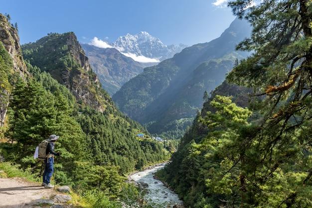 トレッカーはネパールのクンブ地域のエベレストベースキャンプに向かい歩いています