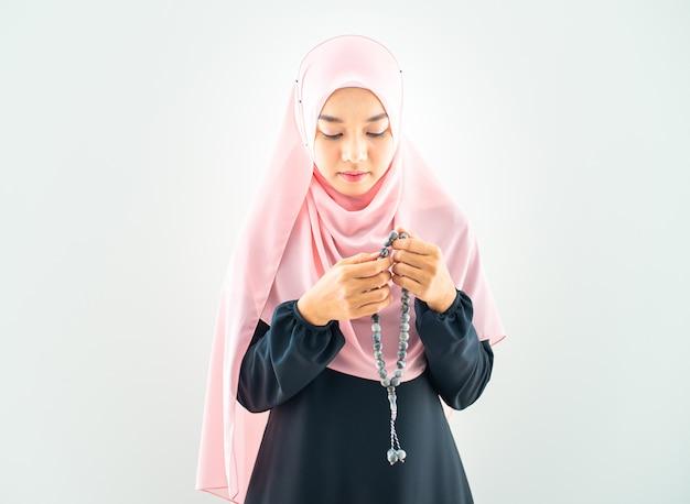 イスラム教徒の女性がヒジャーブで祈る