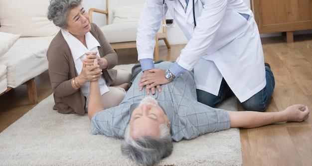 年配の男性が自宅で胸痛または心臓発作を起こしている
