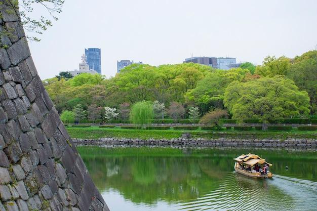 大阪城の堀に沿って観光客と観光客のボート
