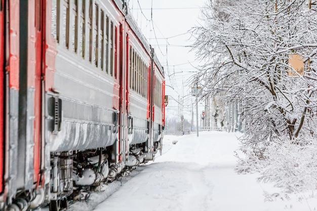 冬のロシアの電車。プラットフォーム上の電車。