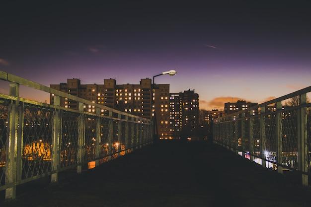 夜の街の明かり。夜の高い家