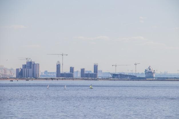 フィンランド湾晴天のない夏の海。波のない海
