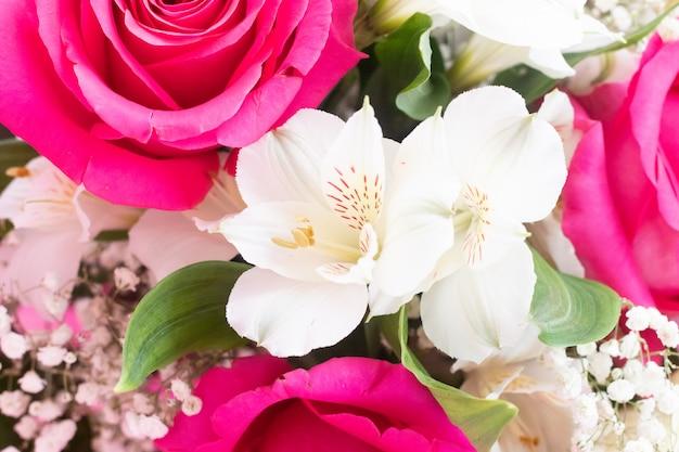 Букет с яркими цветами. фон из цветочных роз. красивые цветы. подарок к празднику.
