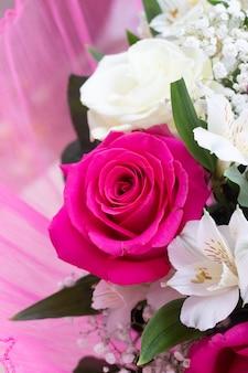鮮やかな花の花束。花のバラの背景。美しい花。休日の贈り物。
