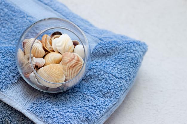 タオルの上の海の貝殻