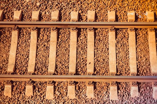 日没時のロシアの鉄道のレール。鉄道。レール