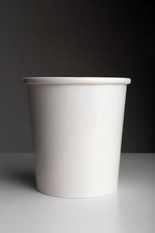 Белая бумажная кофейная чашка