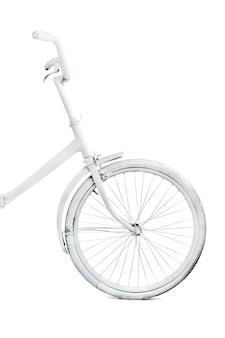 Белый старинный велосипед на белом фоне