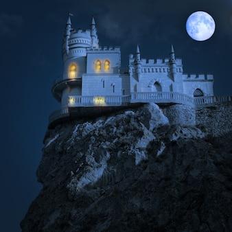 夜の中世の城。ツバメの巣、クリミア半島、