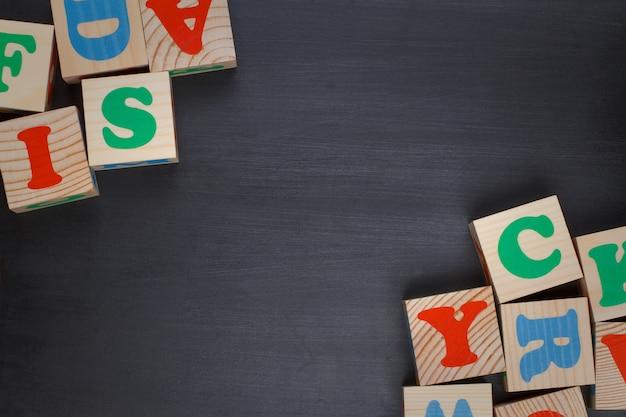 Темный фон с алфавитными блоками