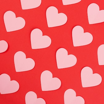 赤の背景にピンクの紙の心