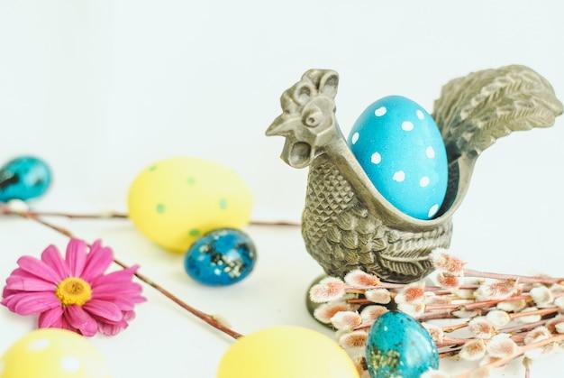 Пасхальное яйцо в металлическом блюдце петух на белом фоне