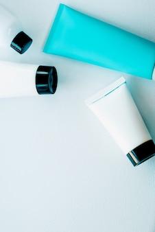 化粧品のクローズアップスキンケアの必需品のセット