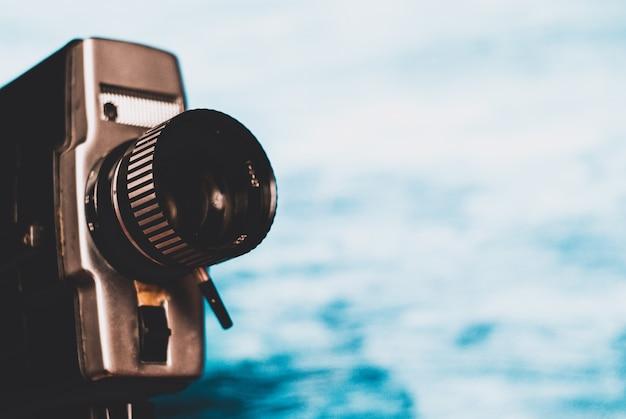 青色の背景にビンテージ映画カメラ