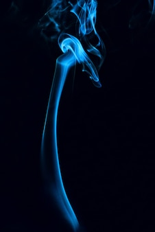 幽霊の煙が黒の背景に抽象