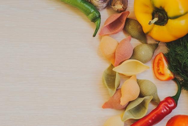 グルテンフリーの野菜パスタのクローズアップ