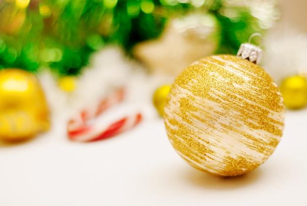 ゴールドクリスマスの装飾とクリスマスの背景。