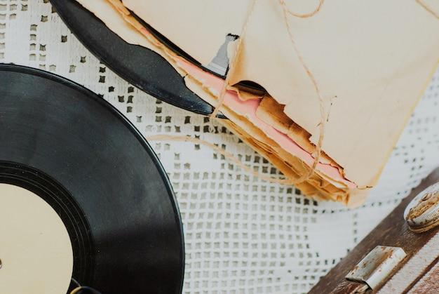 ロープで結ばれた傷のほこりっぽい古いビニールレコードのスタック
