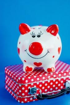 赤いスーツケースに面白い貯金箱
