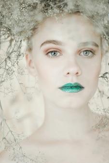 若いブロンドの女性のファッションの肖像画。緑の唇を持つ美しい少女。コンセプト大自然