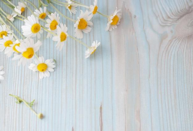 Букет из свежесобранных цветов ромашки на деревянном фоне