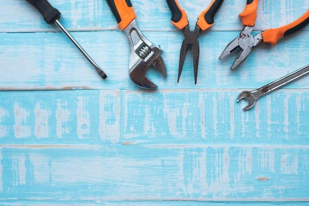 День труда концепция. строительные инструменты на синей деревянной поверхности.