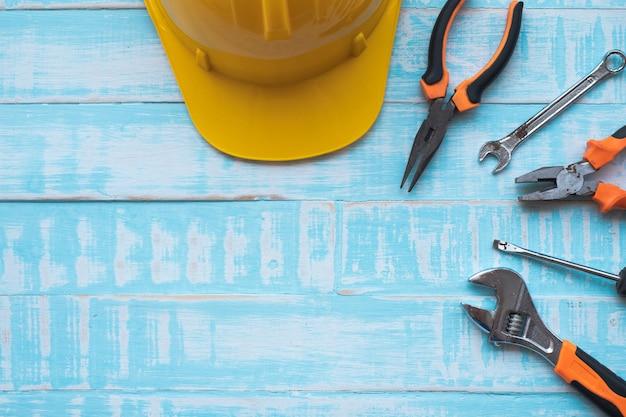 労働者の日の概念。青い木製の表面上の作図ツール。