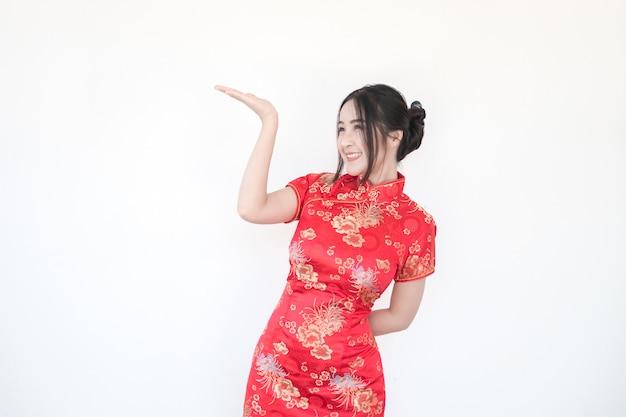 旧正月。アジアの女性は刺激的なジェスチャーをします。