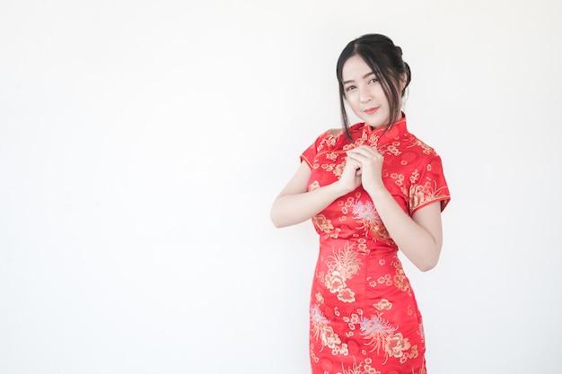 中国の旧正月。伝統的な中国のチャイナドレスのアジアの女性は挨拶でドレスします。