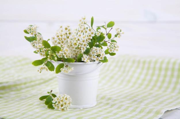 木の質感の花瓶に開花枝。和風わびさび。室内装飾