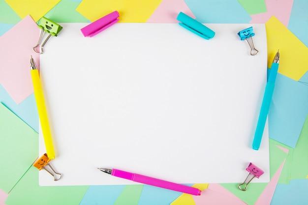 オフィスや学校の文房具のフラットレイアウト。