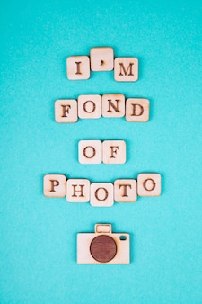 木製の手紙、明るい青色の背景に碑文。国際写真デー